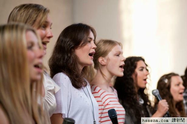 Group-of-women-singing-together-with-microphone