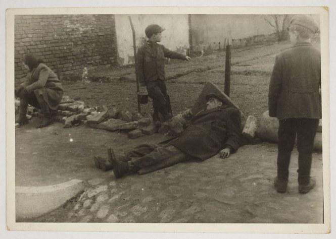 holocaust-lodz-ghetto-photography-henryk-ross-19-58e205f2500f0__880