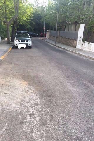 Un vehículo de la Guardia Civil en la puerta del domicilio social de Saerco en la calle Burgohondo nº4 de Madrid esta mañana, mientras se realizaba el registro.