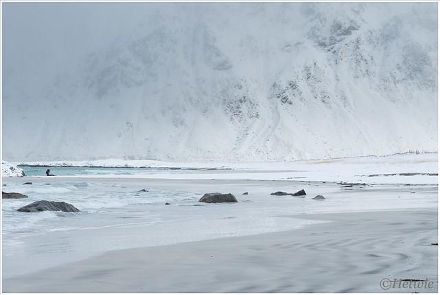 een enkeling waagt zich in de sneeuw.
