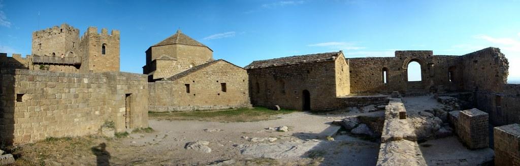 Castillo de Loarre exterior Iglesia de Santa Maria de Valverde mirador o ventanal de la reina Huesca 63