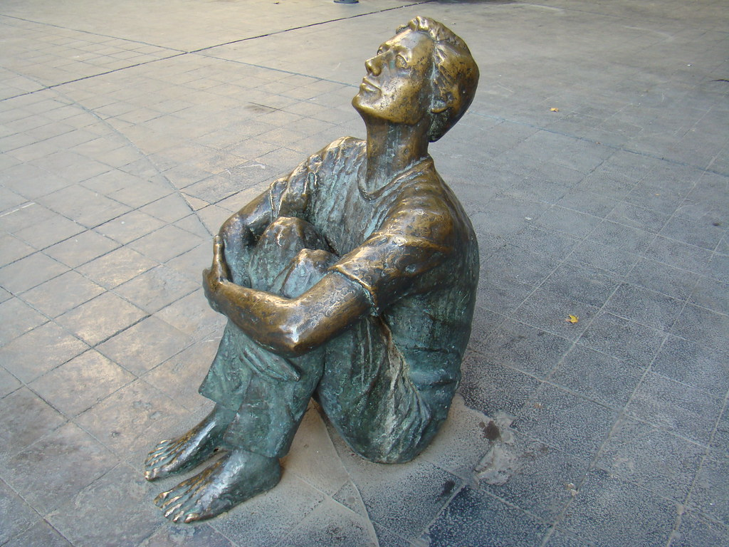 Escultura Muchacho mirando a la Torre Nueva obra de Santiago Gimeno 1991 Plaza San Felipe Zaragoza 45