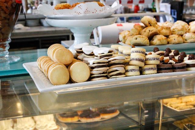 Galletas, pastas y alfajores en la pastelería Nucha de Buenos Aires