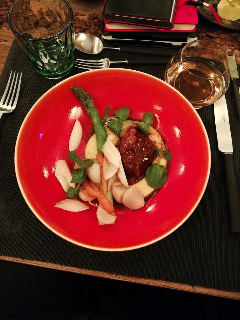 Kalfswang met mais, groentjes en een sausje op basis van whisky met een glaasje Caractère de Leffe