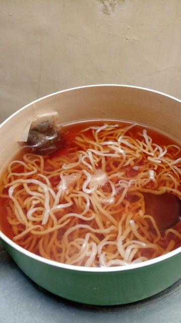 Mi konyaku direbus dengan teh untuk menghilangkan bau amis/shirataki noodle boiled in tea to remove the smell