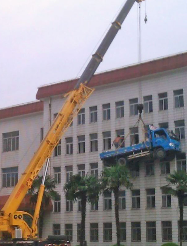 workplace-safety-fails-men-accident-waiting-to-happen-46-58d24faa28e9b__605