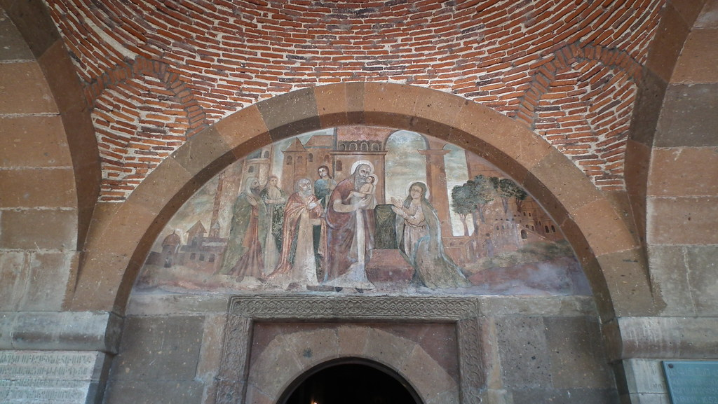 Echmiadzin pintura mural en portada de entrada exterior Iglesia Santa Gayane Armenia Patrimonio de la Humanidad Unesco 08