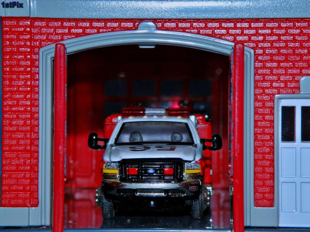 Matchbox Ford E 350 KME Mini Pumper 180 Scale Matchbox