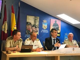 Antonio Román, durante la presentación del DIFAS2017, junto a mandos militares organizadores del evento.