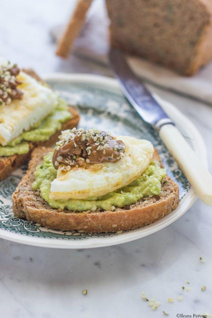 Toast con avocado, albumi e burro di nocciole4