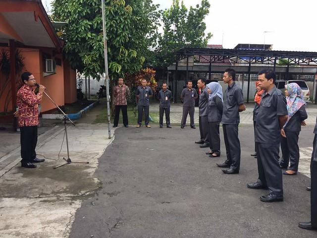 Suprihno ketika memimpin apel pagi KPU Tulungagung (8/5)