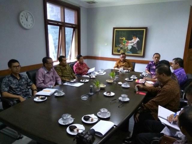 Audiensi antara Bupati-Bawaslu Jatim dan KPU Tulungagung di Pendopo (27/4)