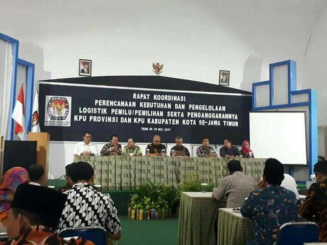 Ketua KPU RI Arief Budiman dan Komisioner KPU RI Ilham Saputra saat membuka Rakor di Tanjung Kodok Lamongan (9/5)