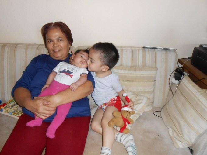 Oma dan kedua cucunya