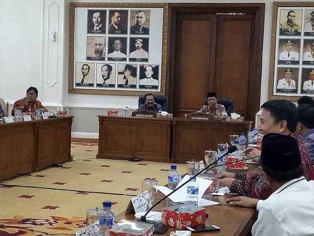 Zainudin Amali saat memimpin Rapat Kunjungan Kerja Komisi II DPR RI (2/5)