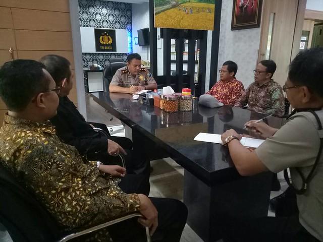Suasana diskusi antara KPU Tulungagung dan Kapolres AKBP. Yong Ferrydjon, SIK, MH (8/5)