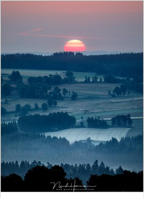 Zonsopkomst, heel vroeg in de ochtend als de wereld nog in rust is.