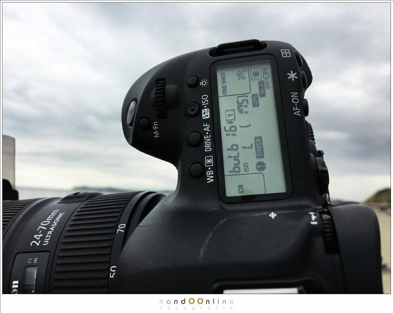In de praktijk: lange sluitertijden met een grijsfilter aan het strand: je stel de gewenste belichtingstijd in en activeert de sluiter. De timer gaat lopen (knipperend woordje op het bovenste LCD scherm) en de belichting stopt op het ingestelde moment. Ideaal.