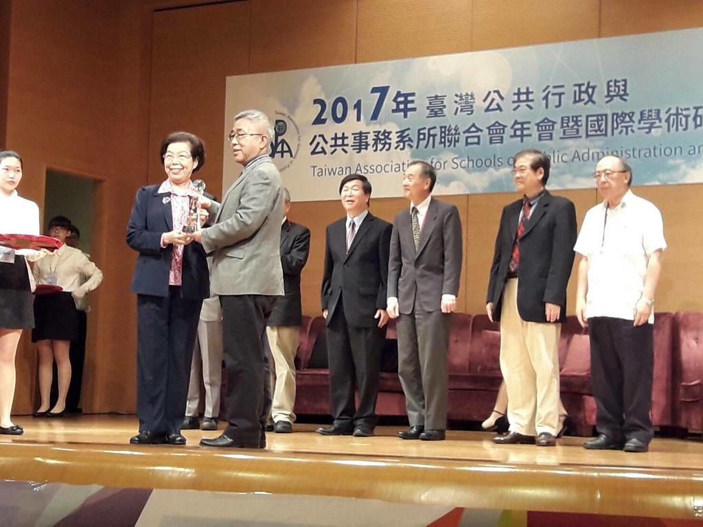 監察院副院長張博雅頒贈獎牌予元智人社院院長丘昌泰