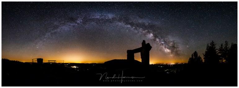 Een nachtelijk panorama (180°) boven de ruïne La Potence in Allègre