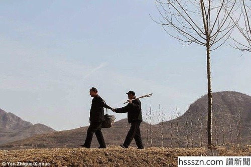 A blind man and his armless companion plant over 10,000 trees in China (1)_634_422