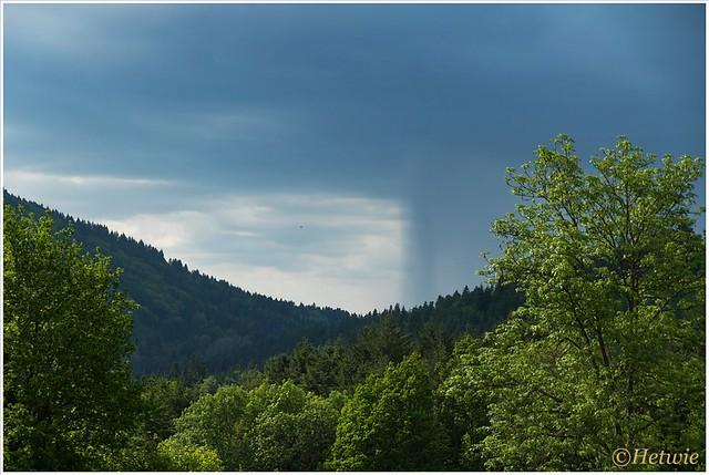 Een regenbui in de verte als we terug lopen naar de auto.
