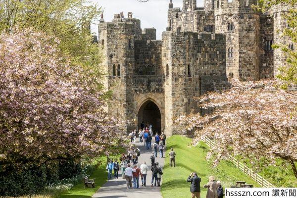 vn-medium-Alnwick-Castle-Lion-Arch_600_400