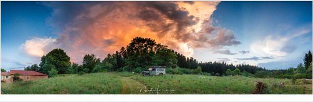 Het avondlicht, vlak na zonsondergang, zet een onweersfront in vuur en vlam boven La Fougeraie