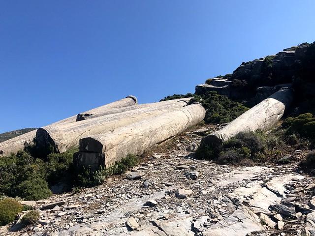 Οι κύλινδροι: παρατημένοι, δωδεκάμετροι, μονοκόμματοι κίονες στο αρχαίο Ρωμαϊκό λατομείο στους Μύλους τηε Όχης.