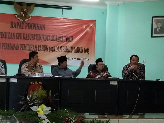 Choirul Anam saat memaparkan materinya dalam rapim KPU Jatim di Sidoarjo (7/6)