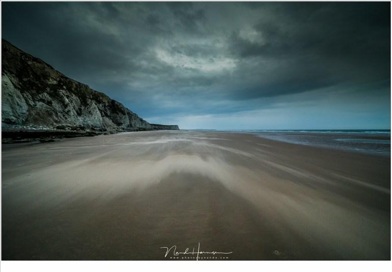En zandstorm vlak boven het strand (Canon EOS 5D mark IV + Laowa 12mm zero-D   ISO800   f/11   t=1/30sec)