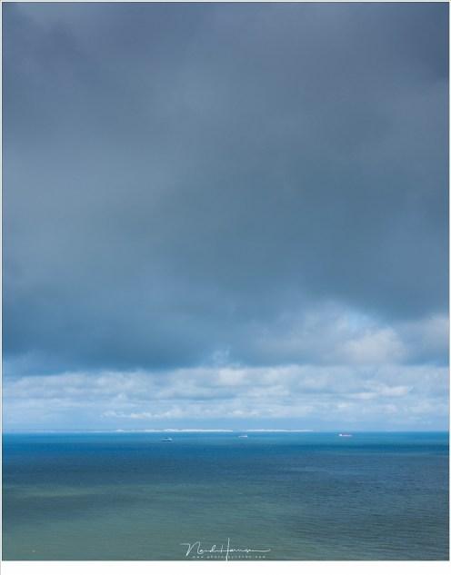 Het Kanaal, waar de veerboten varen en de krijtrotsen van Engeland aan de horizon glinsteren in het licht van de zon. (Fujifilm GFX + GF63mm | ISO400 | f/11 | t=1/900sec)