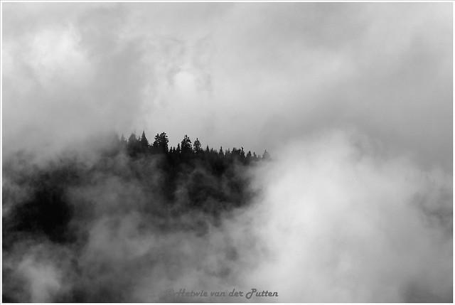 In de verte gaan de bergen schuil achter de wolken.