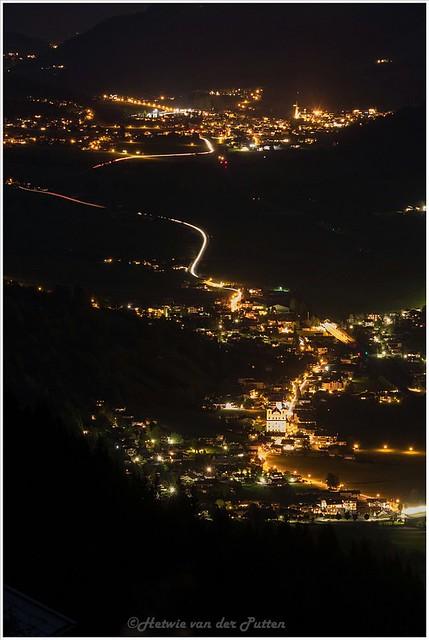 De lichten vormen een spoor in het dal als de nacht is gevallen.