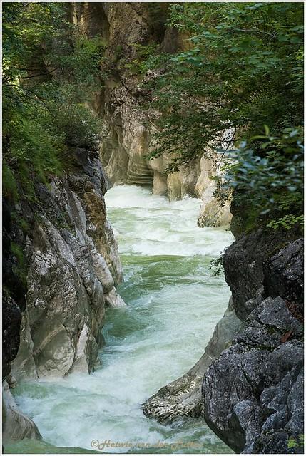 Het water heeft in de loop der jaren sporen gevormd in de rotswanden.