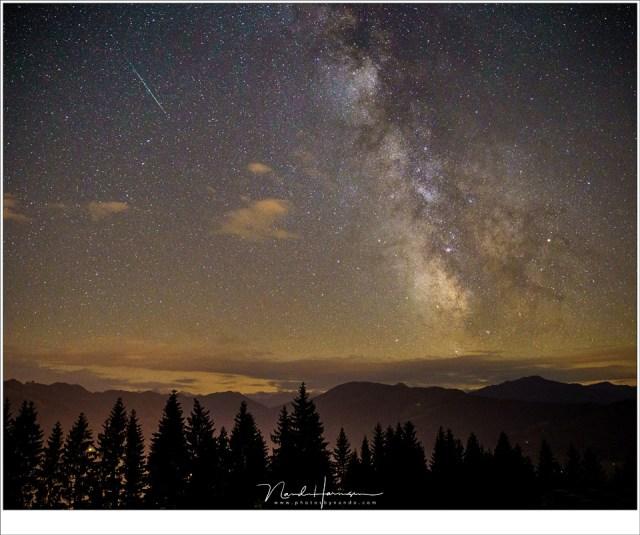 Het centrum van de Melkweg, met een laatste meteoor van de Perseïden (Sony A9 + Canon EF 24-70L II @ 24mm | ISO6400 | f/2,8 | 8 sec)