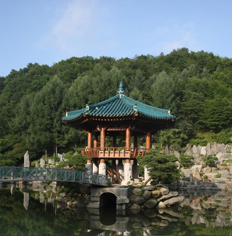 Gazebo in Wolmyeongdong lake that can fit 100 people
