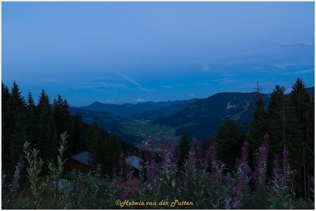 Het dal in de schemer vanaf de Salvenberg.