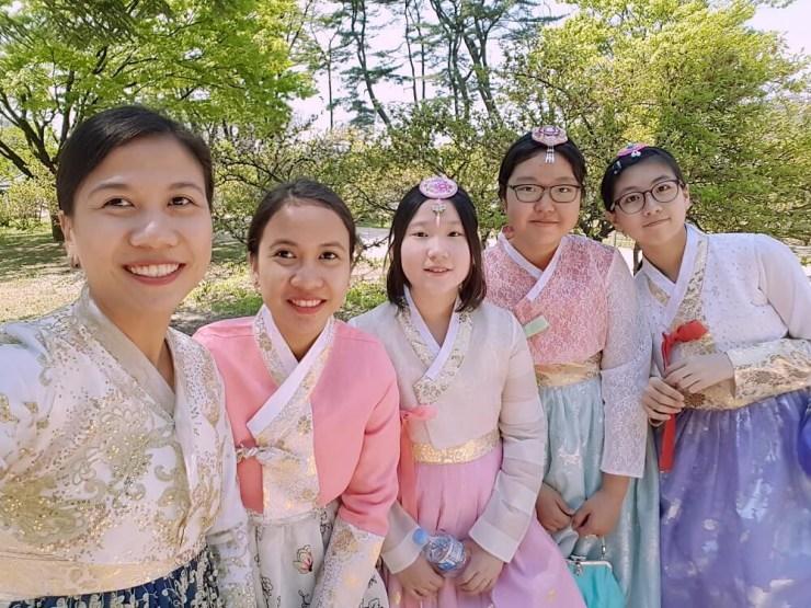 selfie with koreans wearing hanbok