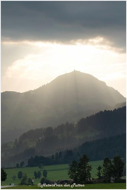 Lange schaduwen van de gebouwen op de hohe Salve gezien vanuit Kirchberg.