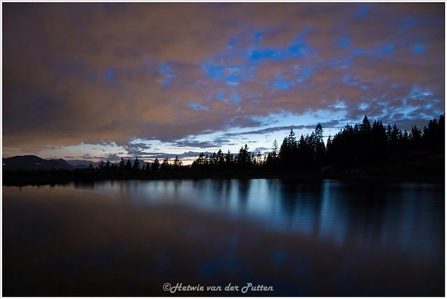 het wordt steeds donkerde maar ook dichter bewolkt boven de Speichersee.