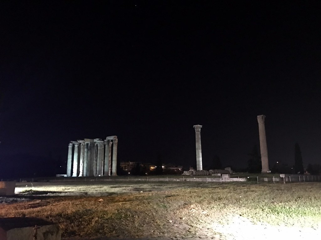 the temple of olympian zeus in athens by night