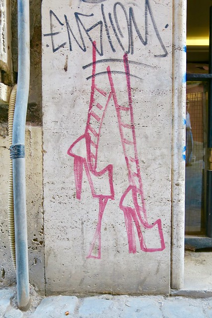 Street art: Stilettos w Chewing Gum