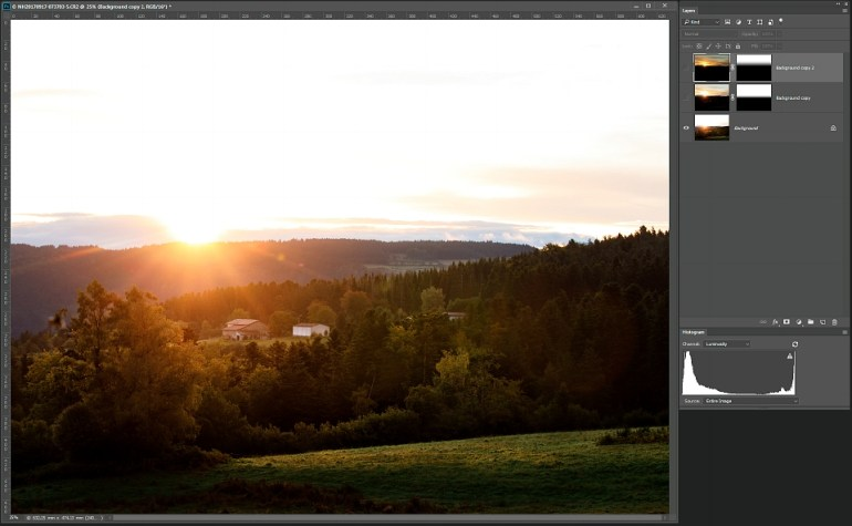Leg alle foto's als lagen op elkaar in Photoshop. Dit is de onderste laag die gebruikt gaat worden voor de voorgrond.