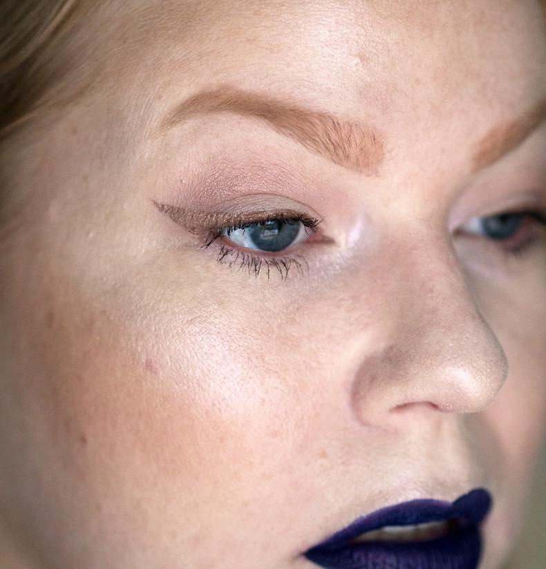 makeup revolution ghost lights highlighter swatch