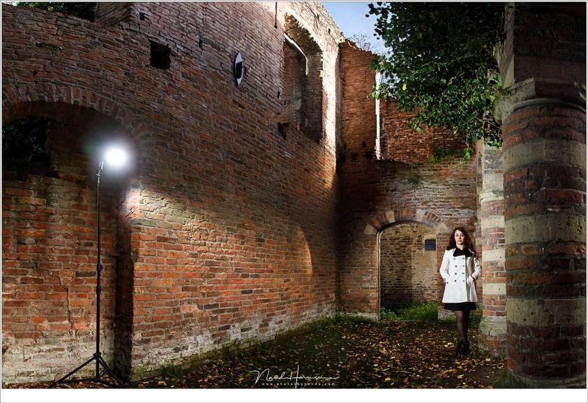 In de kasteelruïne van Asten/Heusden. Een fotoshoot met Irena met wat hulp van een extra lichtje