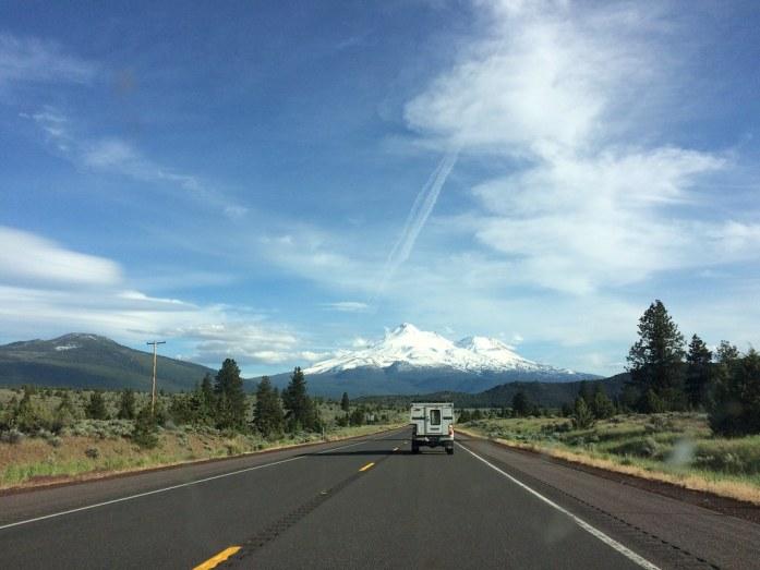 Highway 97 con el Mount Shasta al fondo, California