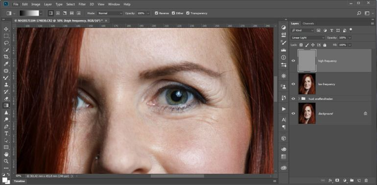 Zet de Blending optie van deze laag op [Linear Light]. Je zult zien dat de foto er weer normaal uit ziet. Met de twee lagen hebben we echter de details van het oppervlak en kleur gescheiden en kunnen we deze onafhankelijk van elkaar aanpassen.