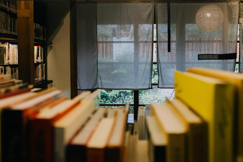 Una selección cuidada de libros en la biblioteca VVG Chapter
