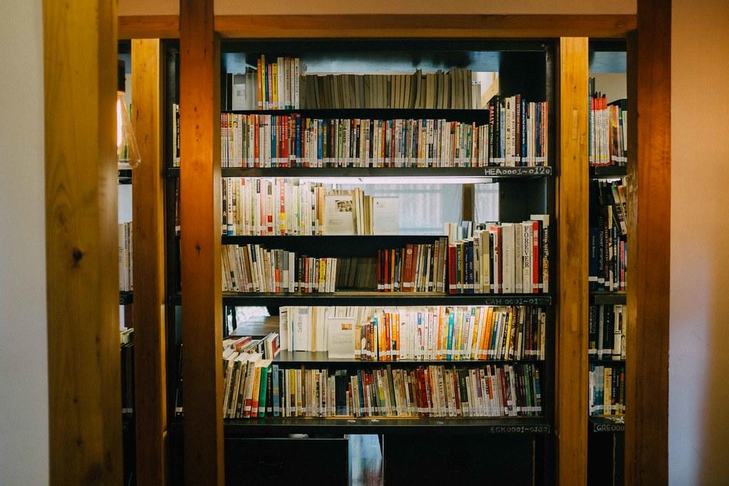 Libros de varias materias en las estanterías de esta íntima librería